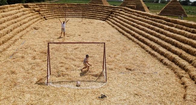 El granjero ruso que construyó una réplica del estadio mundialista hecho de  paja 97d402d6eeb40