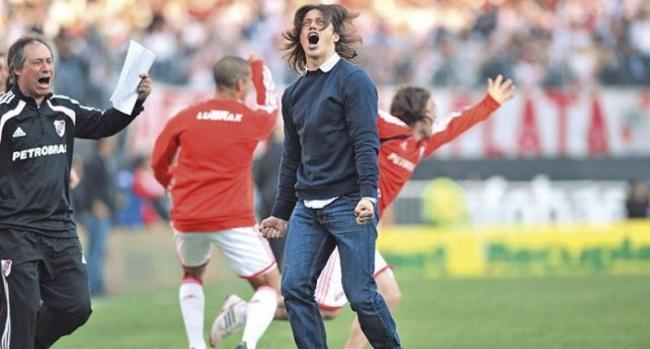El día que Ariel Holan celebró la vuelta de River Plate a Primera división  llorando | Marketing Registrado / La Comunidad del Marketing Deportivo