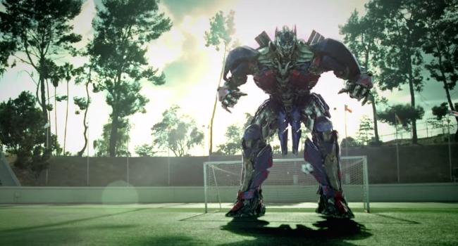 Transformers Promociona Su Nueva Película En Una Cancha De Fútbol